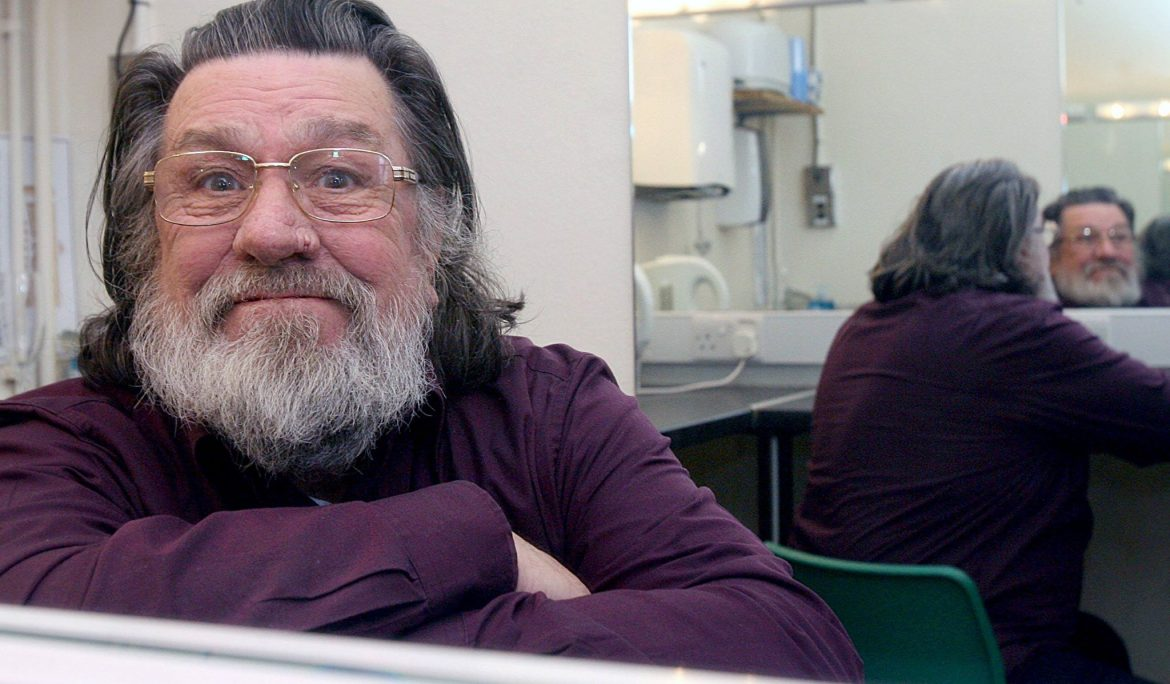 Join Ricky Tomlinson in collecting #Coats4Calais