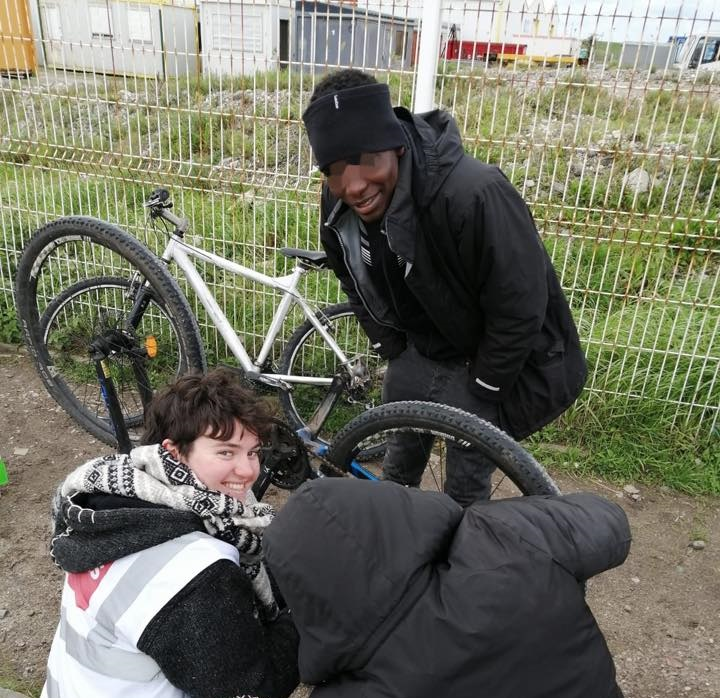 Superstar volunteer takes the lead on Calais cycle workshop