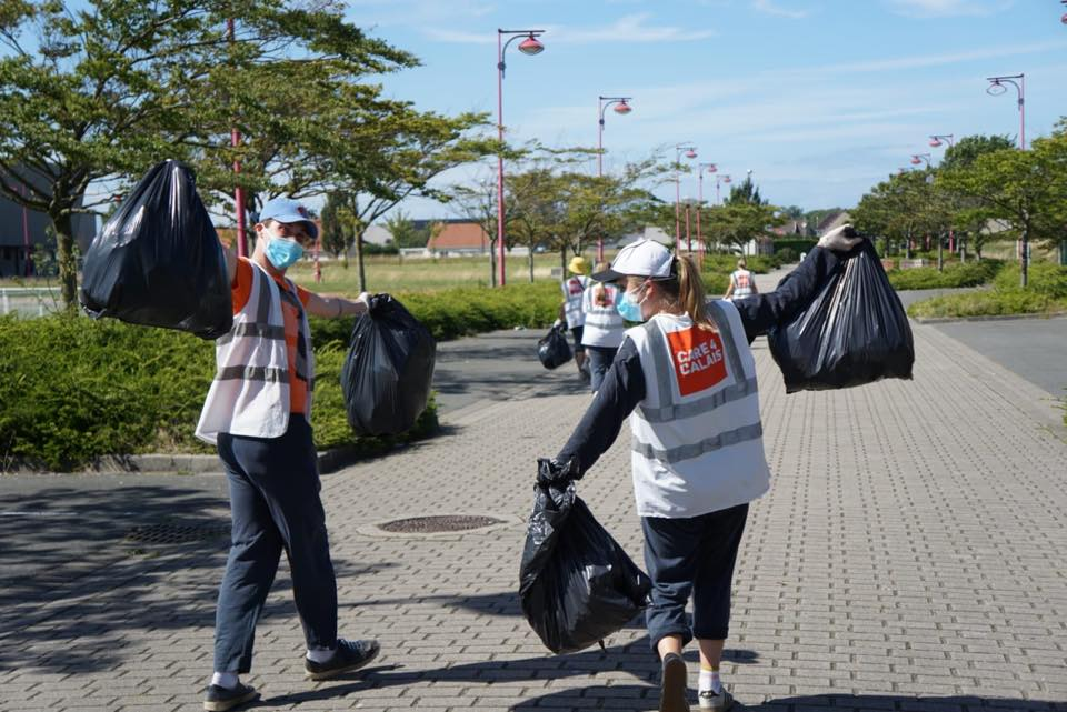 Volunteers and refugees team up for large litter pick-up